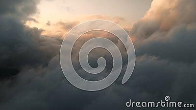 Luftsicht, die bei Sonnenuntergang durch Cumulus-Thunderwolken fliegt Goldfarbene Sonnenuntergangswolke im hohen Kontrast Real Sk stock video