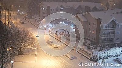 Luftsicht in Niederflurwohnung auf kalten Blizzard Schnee Winternacht stock video footage