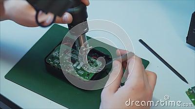 Lugar de trabajo electr?nico del laboratorio con soldador y la placa de circuito almacen de metraje de vídeo