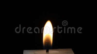 Lumière brûlante de bougie, enflée à la fin