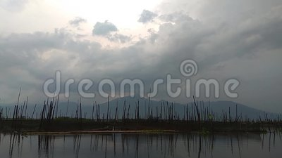 Lumière de Sun sur le ciel au lac banque de vidéos