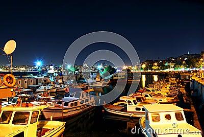 Lumières de nuit sur des bateaux