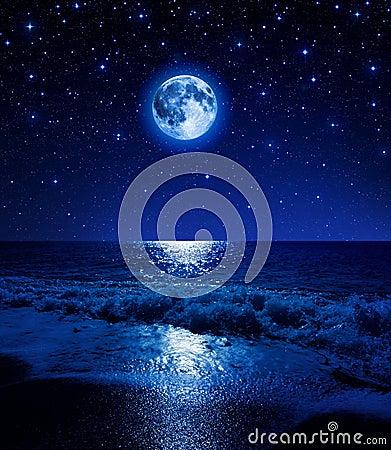 Luna Eccellente In Cielo Stellato Sulla Spiaggia Del Mare Fotografia ...