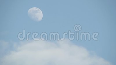Luna y nubes con fondos azul cielo claro almacen de video