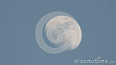 Luna y nubes con fondos azul cielo claro metrajes