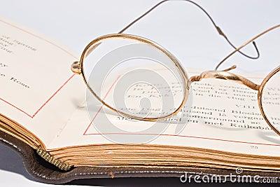 http://fr.dreamstime.com/lunettes-antiques-sur-le-vieux-livre-ouvert-thumb7140596.jpg