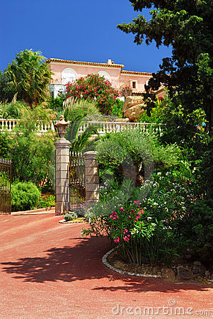 Free Lush Garden In Front Of A Villa Stock Images - 5182764