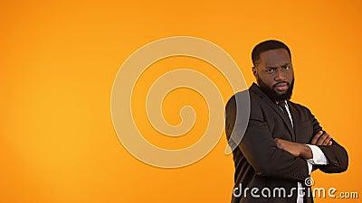 Lustiger schwarzer Kerl in formalwear Tanzen, lokalisiert auf orange Hintergrund, Schablone stock video