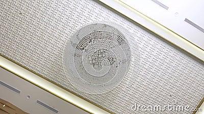 Lustre accrochant sur le plafond dans l'intérieur de la chambre Lustre de verre cristal sur le fond blanc de plafond Conception i banque de vidéos