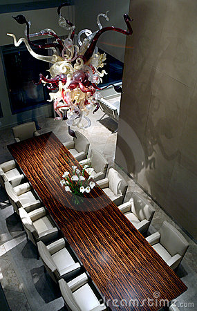 Lustre au dessus de table en bois exotique images stock - Dessus de table en bois ...