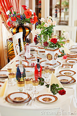 Luxuriant table appointments with red porcelain