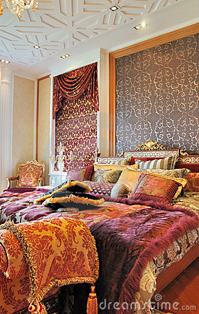 Luxuriöses Schlafzimmer in der warmen Farbe