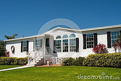Luxuriöses weißes Wohnmobil