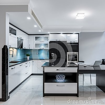 Free Luxury Kitchen Space With Island Royalty Free Stock Photos - 143277158