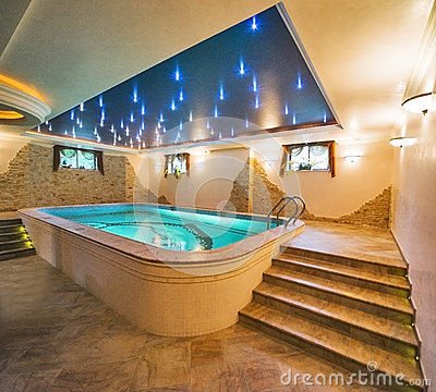Free Luxury Swimming Pool Royalty Free Stock Photography - 35425707