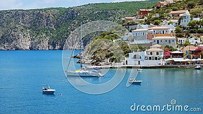 Luxus-Segelboot in der Mittelmeer-Bucht in der Nähe von griechischem Dorf und Inselküste im Hintergrund Reisen, Abenteuer stock video