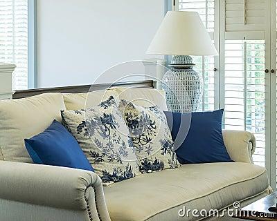 Klassisches Blaues Sofa Mit Kissen Im Wohnzimmer Stockfoto Bild