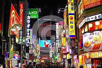 A luz de néon do distrito de luz vermelha de Tokyo Foto Editorial