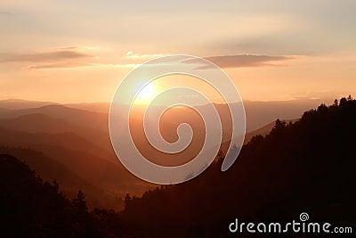 Luz do sol sobre montanhas