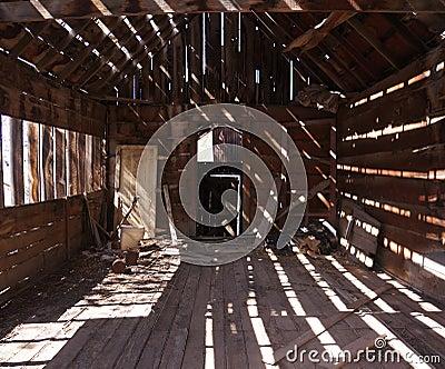 Luz e máscara em uma barraca velha