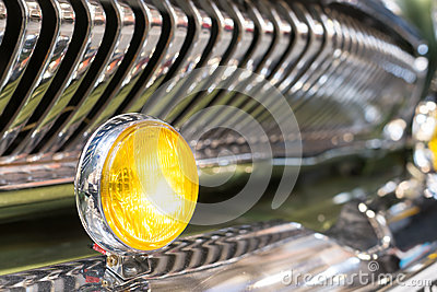 luz-principal-amarilla-de-la-parrilla-retra-del-coche-y-de-radiador-46021445.jpg