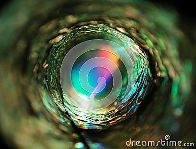 Luz que brilla intensamente del círculo metálico