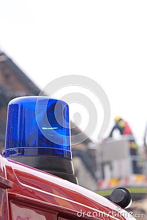 Luz que contellea azul del coche de bomberos