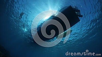 Luz solar e barco acima do recife video estoque