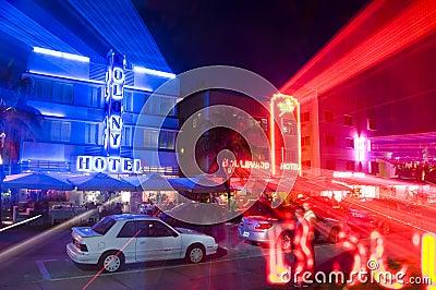 Luzes de néon dos hotéis sul de miami da praia Foto Editorial