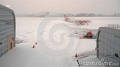 LVIV, Ukraine - janvier 2019 : orange ernest passager airliner est arrivé, se déplaçant le long de la plate-forme de l'aérodrome  banque de vidéos