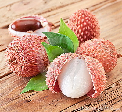 Free Lychee With Leaves Royalty Free Stock Photos - 23215468