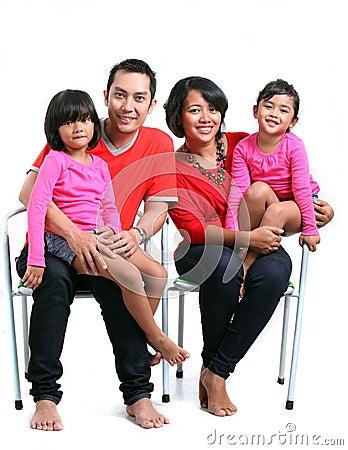 Lycklig asiatisk familj
