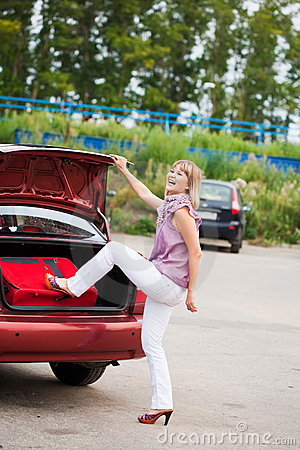 Lycklig bagagekvinna