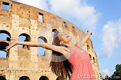 Lycklig bekymmerslös upprymd loppkvinna vid Colosseum