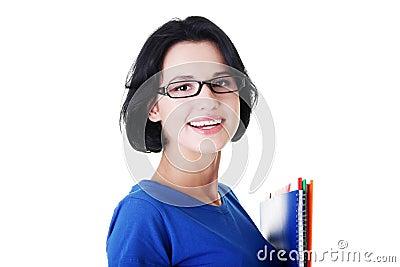 Lycklig deltagarekvinna med anteckningsböcker