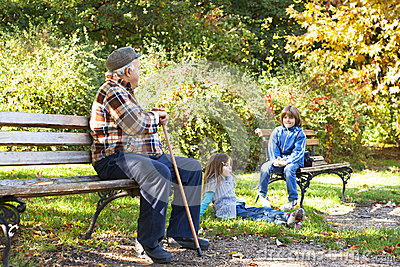 Lycklig farfar med barnbarn