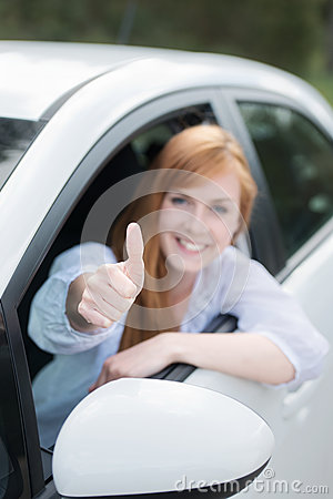 Lycklig kvinna i nytt ge sig för bil tummar upp