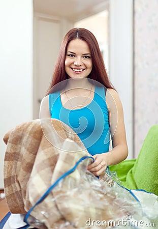 Lycklig kvinna med den nya plädet