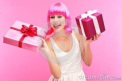 Lycklig kvinna med gåvor