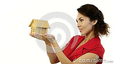 Lycklig kvinna som lite rymmer huset i henne händer stock video