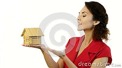 Lycklig kvinna som lite rymmer huset i henne händer arkivfilmer