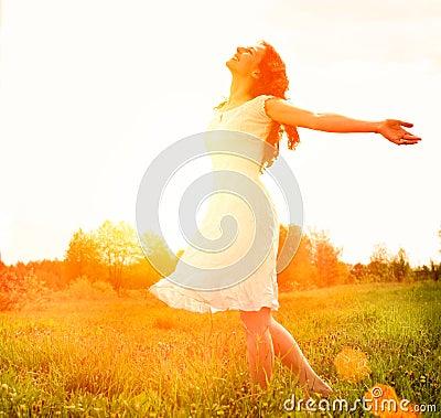 Lycklig kvinna som tycker om naturen