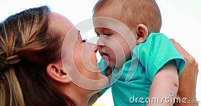 Lycklig modergnuggbild noses med gulligt behandla som ett barn sonen i parkera stock video