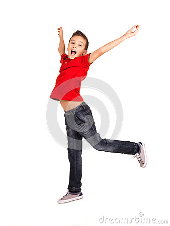 Lycklig pojkebanhoppning med lyftta händer upp