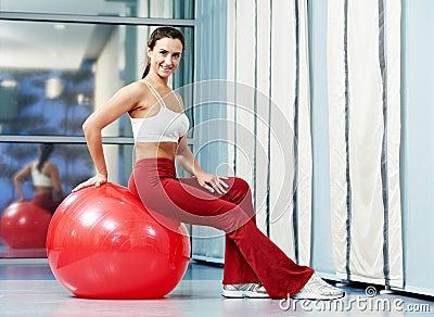 Lycklig sund kvinna med konditionbollen
