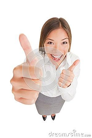 Lycklig upphetsad kvinna som ger upp tum