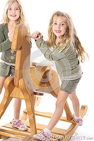 Lyckliga barn kopplar samman