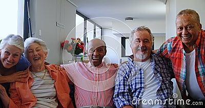 Lyckliga höga vänner som har gyckel, medan koppla av på soffan 4k lager videofilmer