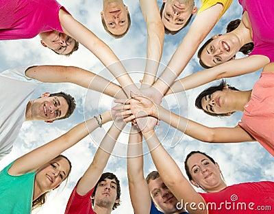 Lyckliga joyful vänner som bildar en cirkel
