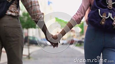 Lyckliga par som går i stadsinnehavhänder som tillsammans reser, utomhus- datum arkivfilmer